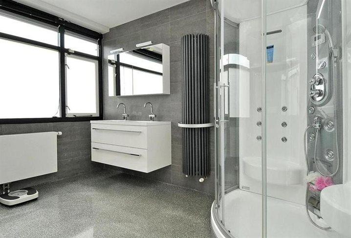 Badkamer Met Gietvloer : Een gietvloer in uw badkamer woonkamer en of keuken